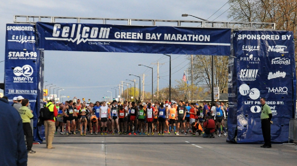 Runners line up to begin the Cellcom Green Bay Marathon, May 18, 2014. (WLUK/Pauleen Le)