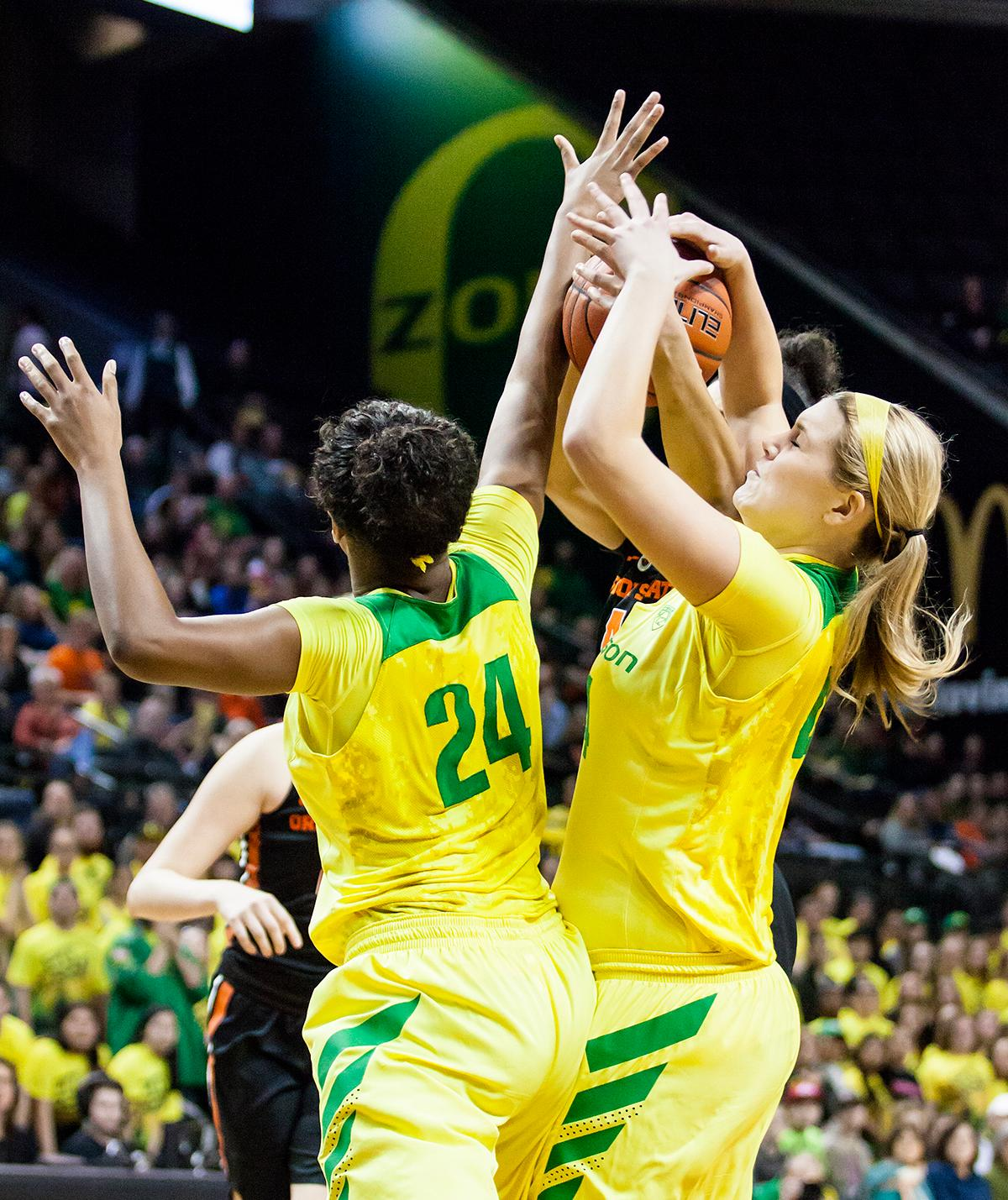 Oregon forwards Mallory McGwire (#44) and Ruthy Hebard (#24) leap into the air to catch a rebound. Hebard lead the Ducks with 11 rebounds. The Oregon Ducks lost 40 to 43 against the Oregon State Beavers after a tightly matched 4th quarter. Photo by Ben Lonergan, Oregon News Lab