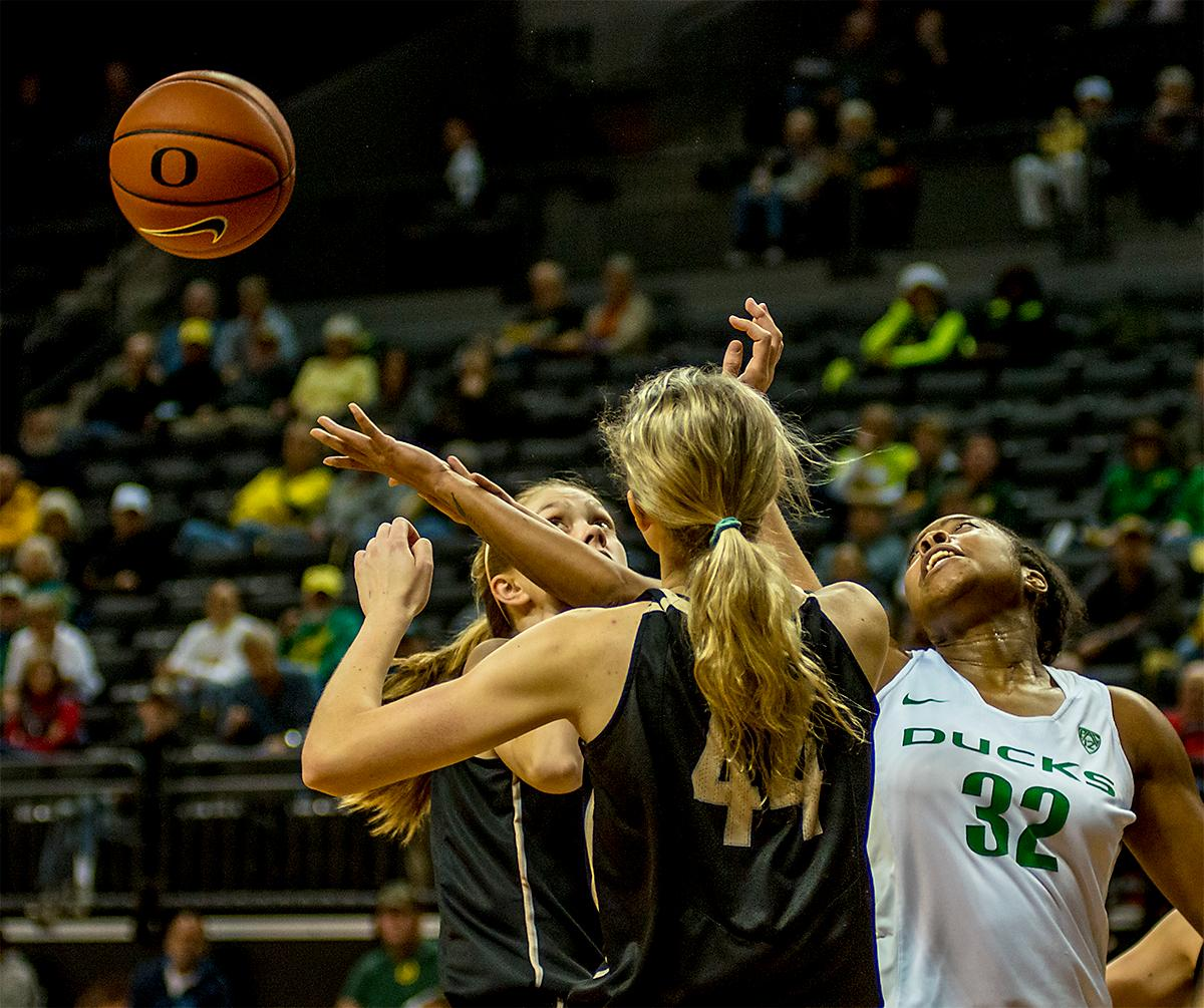 The Duck's Oti Gildon (#32) reaches for a loose ball. The UO Ducks Women's basketball team took the win against Idaho on Tuesday at Matthew Knight Arena, 73-70, in a game that saw the Ducks force a miss at the buzzer. Maite Cazorla (#5) achieved a double-double with 14 points and 10 assists. Lexi Bando (#10) added 17 points, and made 5 out of 6 three pointers. The Ducks are now 10-2 this season. Photos by August Frank, Oregon News Lab