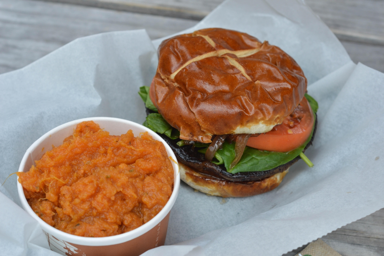 When Buns Cry: Portobello mushroom on a pretzel bun with spinach, tomato, grilled onions, and balsamic dressing and the Vegan Sweet Potato Mash / Image: Liliana Dillingham / Published: 11.12.16
