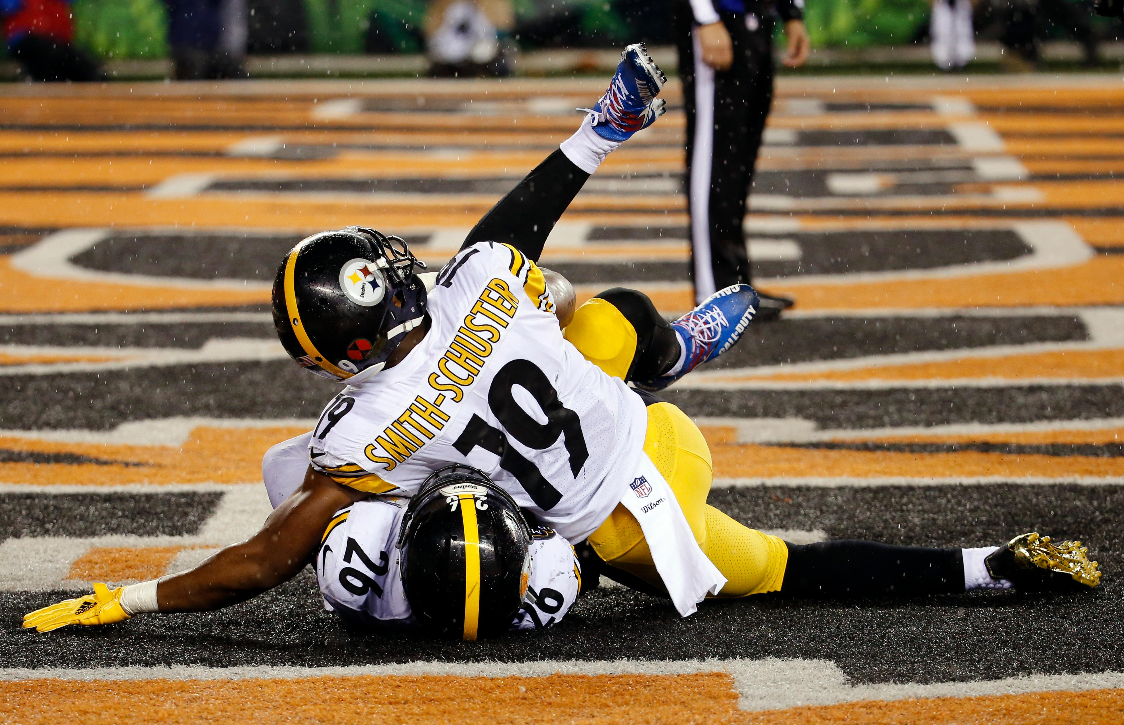 Pittsburgh Steelers running back Le'Veon Bell (26) celebrates his touchdown with wide receiver JuJu Smith-Schuster (19) in the second half of an NFL football game against the Cincinnati Bengals, Monday, Dec. 4, 2017, in Cincinnati. (AP Photo/Frank Victores)