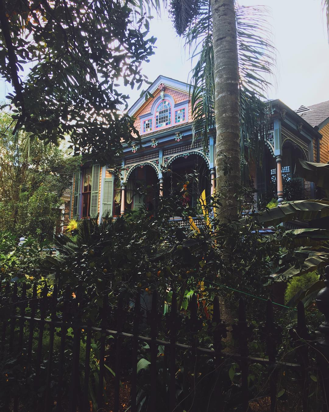 IMAGE: IG user @janetdaviephoto / POST: This house is amaaazing. Who else has seen it in New Orleans // PUBLISHED: 10.29.16