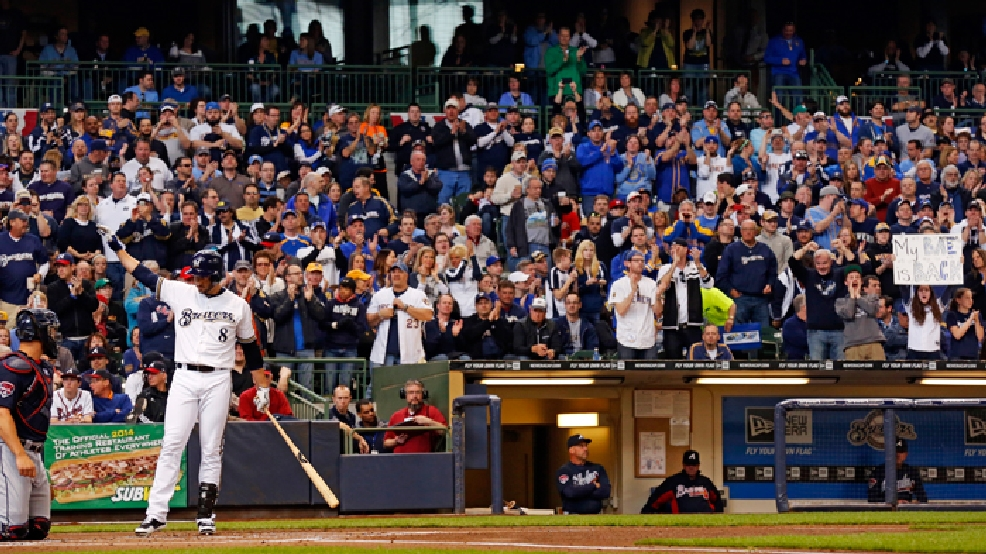 Milwaukee Brewers' Ryan Braun gets a standing ovation in the first inning of an opening day baseball game against the Atlanta Braves, Monday, March 31, 2014, in Milwaukee. (AP Photo/Jeffrey Phelps)