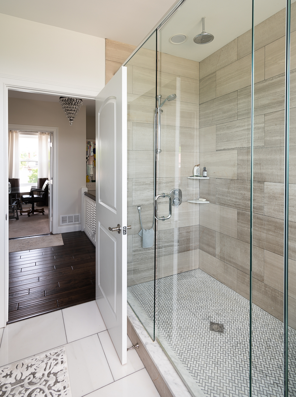 Even the shower is curtainless to maintain a line of sight with the beautiful view. / Image: Phil Armstrong, Cincinnati Refined // Published: 5.31.19