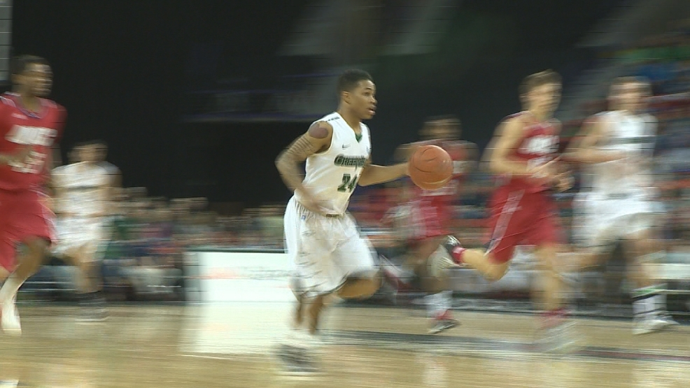 UW-Green Bay guard Keifer Sykes brings the ball up against UIC in the Phoenix's 81-70 win against the Flames.