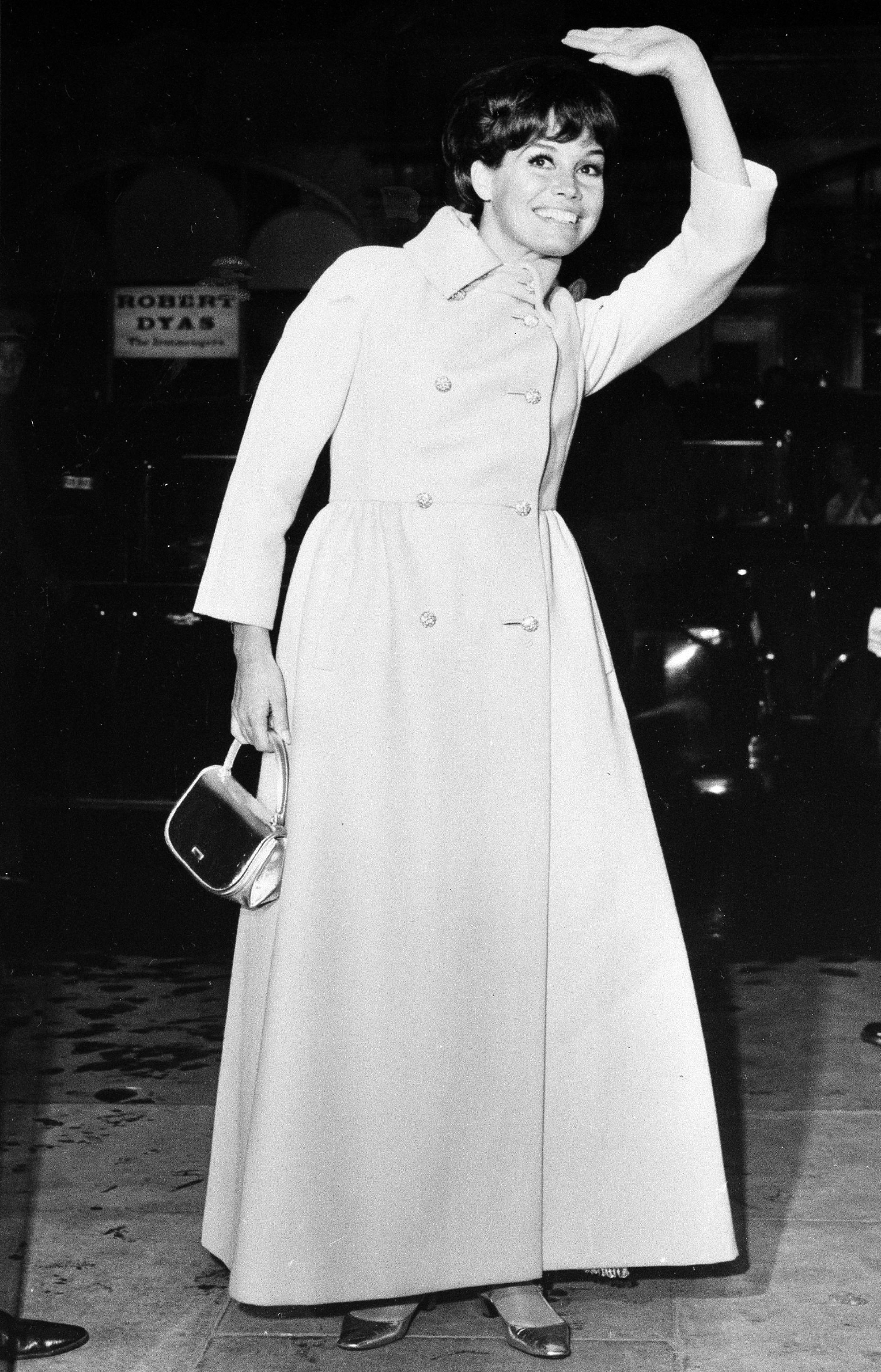 "Actress Mary Tyler Moore, better known as Laura Petrie of ""The Dick Van Dyke Show,"" waves to the crowd as she arrives for the premiere of ""Thoroughly Modern Millie"" at the Odeon St. Martin's Lane in London, Oct. 12, 1967. (AP Photo/Laurence Harris)"