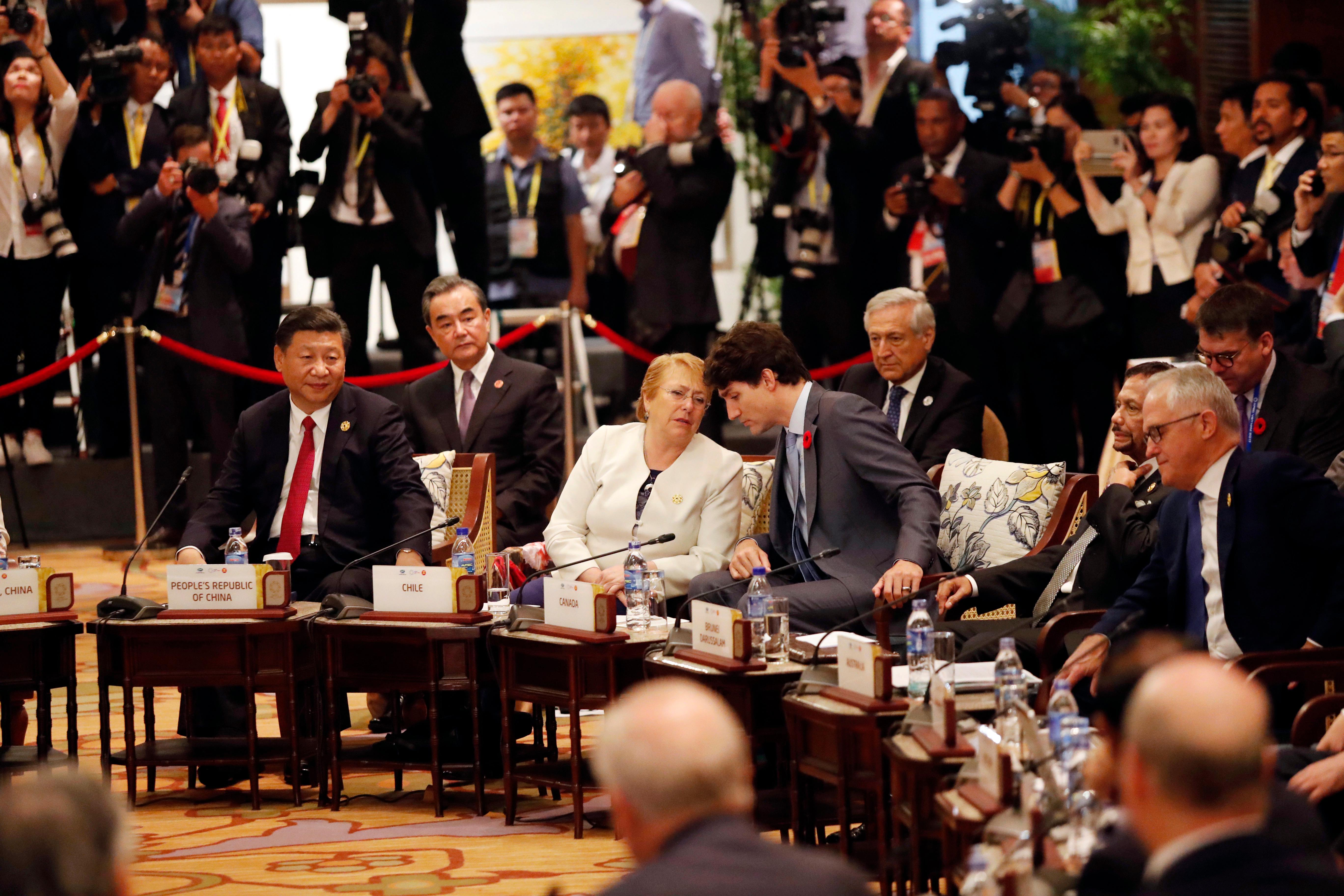 From left, China's President Xi Jinping, Chile's President Michelle Bachelet, Canada's Prime Minister Justin Trudeau, Brunei's Sultan Hassanal Bolkiah and Australia's Prime Minister Malcolm Turnbull  attend the APEC-ASEAN dialogue, on the sidelines of the APEC summit, in Danang, Vietnam Friday, Nov. 10, 2017. (Jorge Silva/Pool Photo via AP)