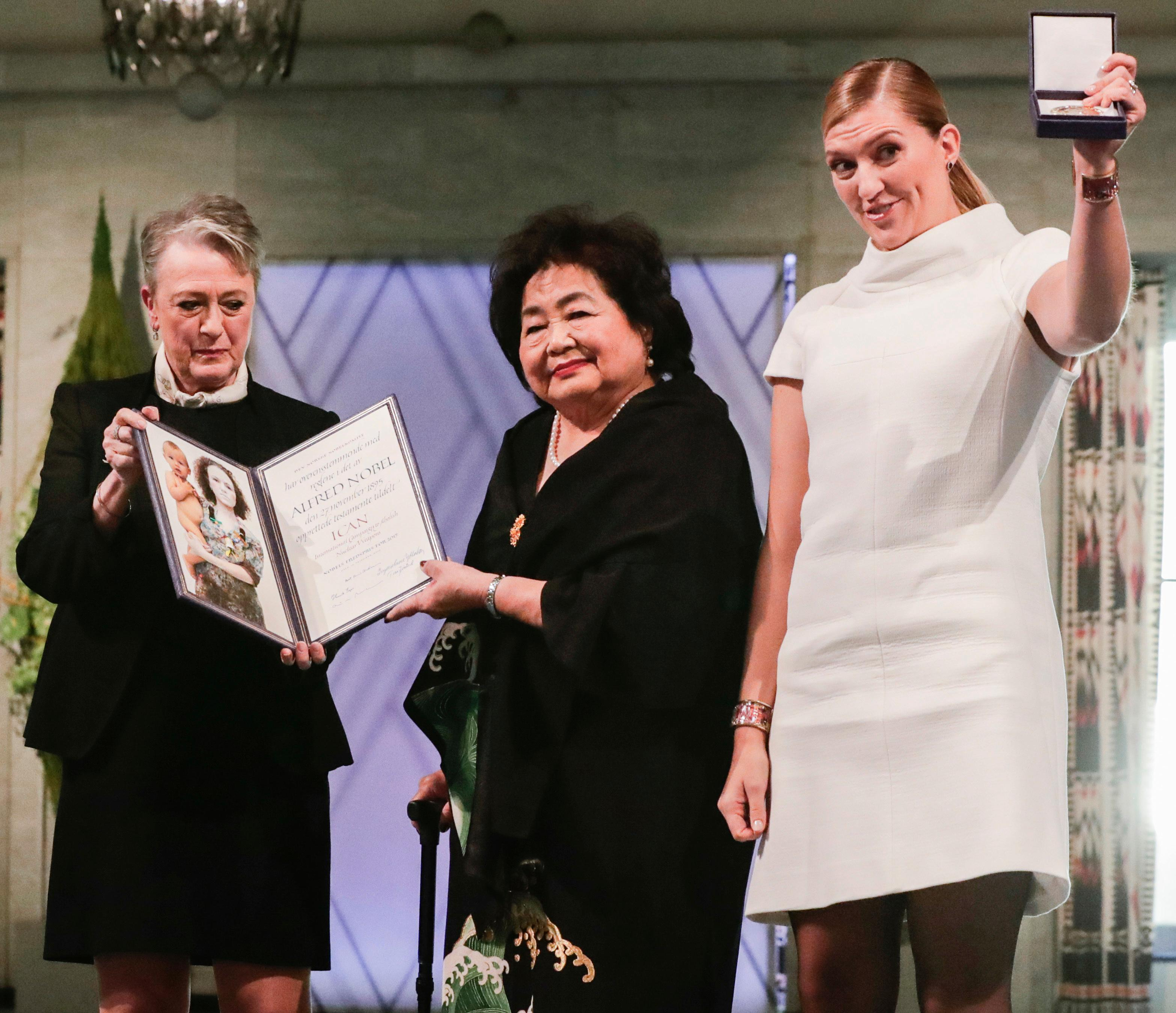 Oslo, Norway 20171210. Winners of the Nobel Peace Prize 2017, representatives of the International Campaign to Abolish Nuclear Weapons (ICAN), with leader of the Nobel committee Berit Reiss-Andersen, left, Hiroshima Survivor Setsuko Thurlow and leader of ICAN Beatrice Fihn in the City Hall Oslo, Norway, Sunday Dec. 10, 2017.  ICAN are officially receive the Nobel Peace Prize award during a ceremony. (Berit Roald/ NTB scanpix via AP)