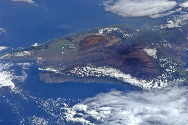 We passed over Hawaii last night. Can I now say that I've been to Hawaii and check it off my list? Probably not (Photo & Caption: Rick Mastracchio, NASA)