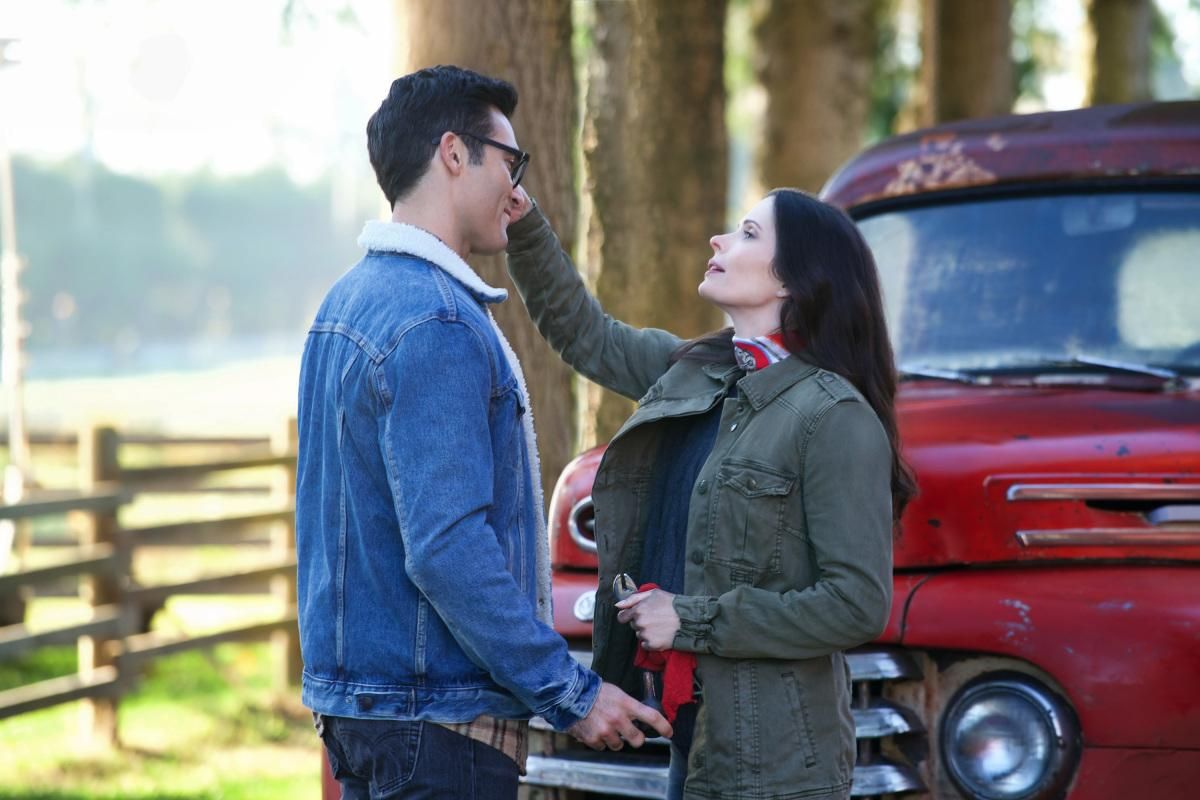 "The Flash -- ""Elseworlds, Part 1"" -- Image Number: FLA509a_0042ra.jpg -- Pictured (L-R): Tyler Hoechlin as Clark Kent and Bitsie Tulloch as Lois Lane -- Photo: Shane Harvey/The CW -- �© 2018 The CW Network, LLC. All rights reserved"
