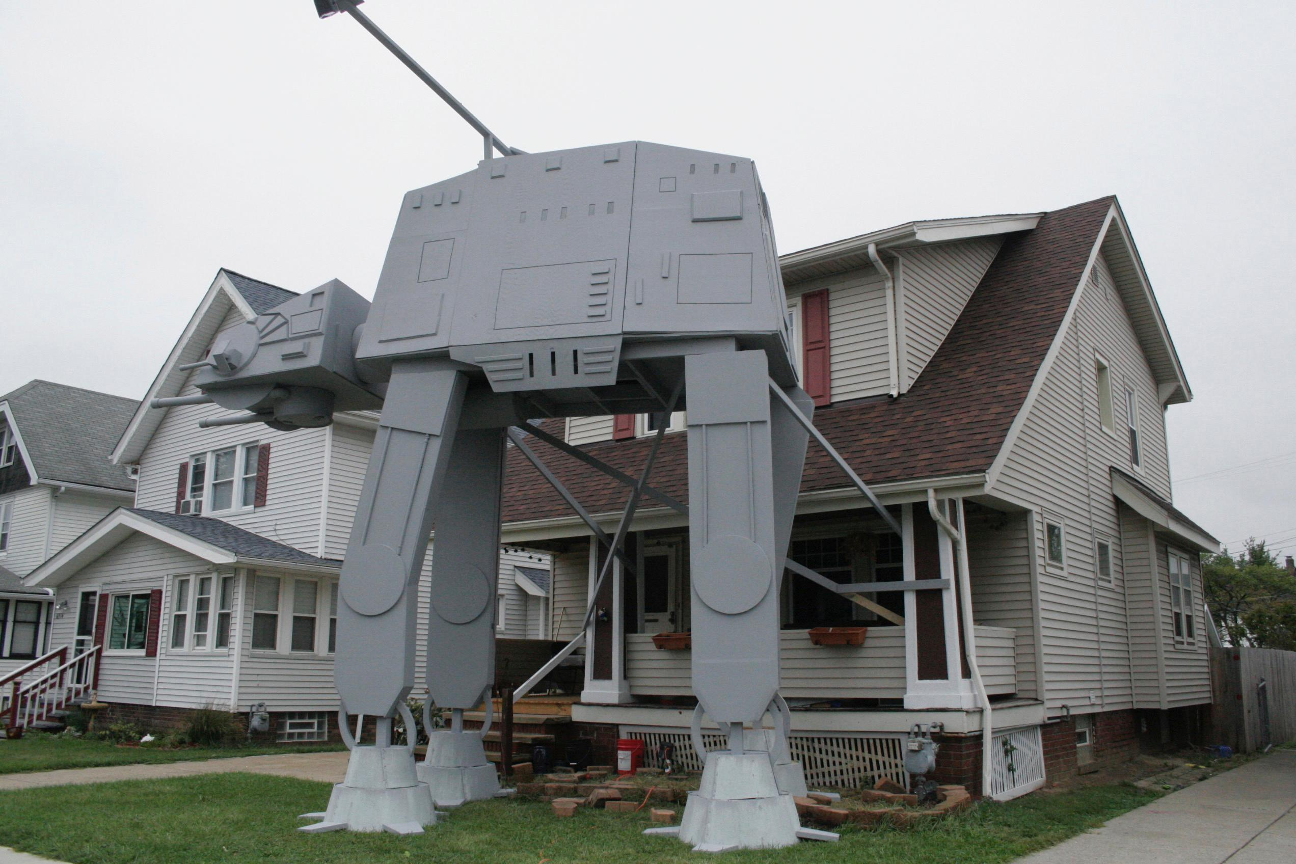 Ohio man builds 2-story 'Star Wars' vehicle replica for Halloween{&amp;nbsp;}(Patrick Cooley/The Plain Dealer-Cleveland.com via AP)<p></p>
