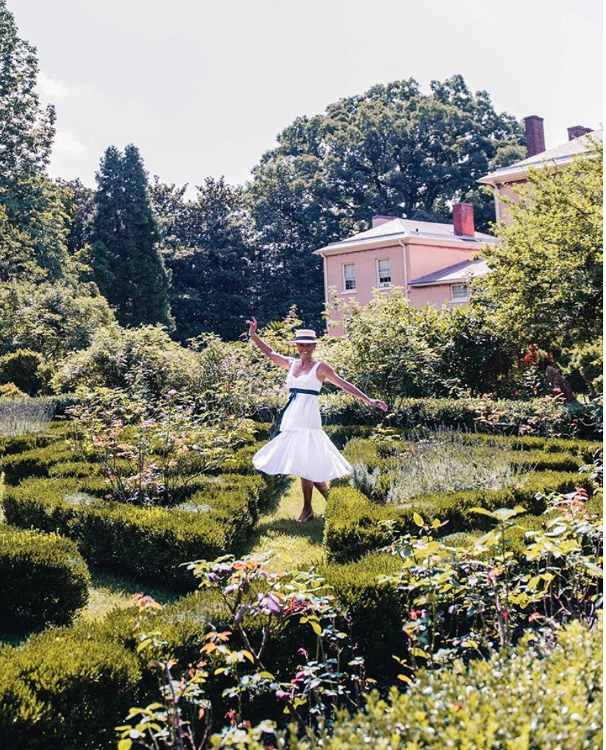 This look is breezy, whimsical and classic. (Image via @simplysylviadc)