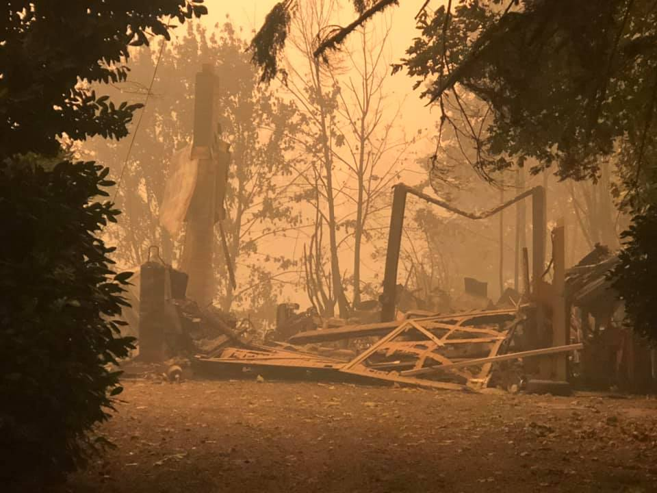 Homes in Mill City were damaged in the Beachie Creek Fire. Foto tomada el 10 de septiembre de 2020. Foto de KATU.