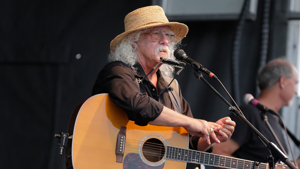 Arlo Guthrie, citing health, says he's retired from touring